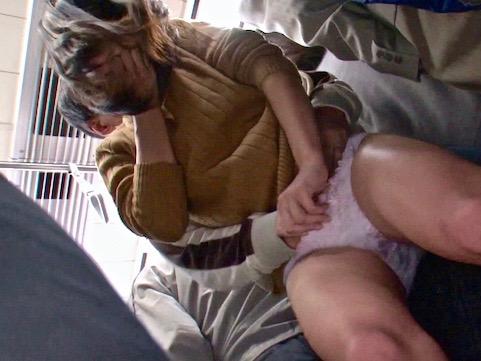 <女子大生>全身硬直!膝ガクガク!黒人に痴漢される美女ww極太チンポの容赦ないハードピストンで号泣絶頂!!