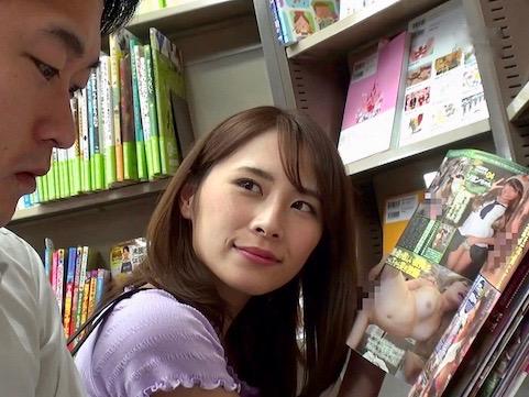 <人妻>「ほら!見てごらん!」本屋で男子学生を誘惑ハメ!