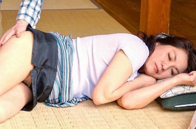 <小柳亜希>近所の男が見たのはノーパンで眠る人妻の姿ww
