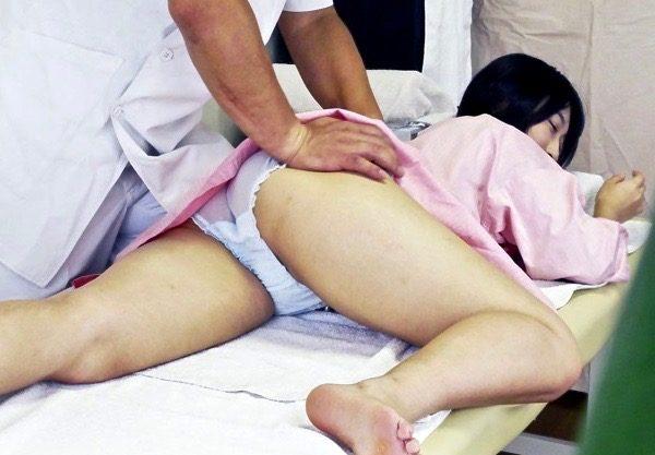 猥褻な施術に不信感を抱くが、性器のマッサージに腰を浮かし悶絶絶頂ww