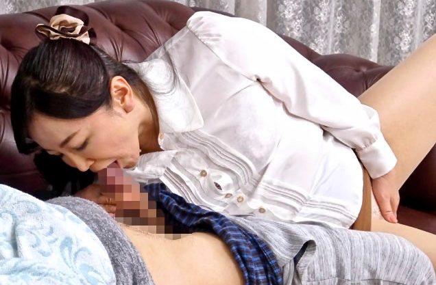 如月千鶴:成長した息子のチンポに大喜びで齧り付く熟女母ww