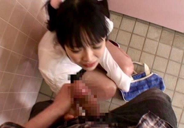 レイプ:人気のない公衆トイレは十分に注意してねwww
