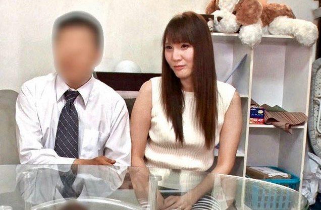 人妻:デカチンで昇天する妻を見て興奮が収まらない夫ww