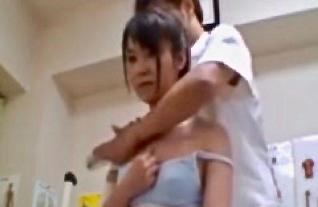 女子校生:嫌がりながらもピクピクと反応するJK美少女を肉棒で舐るww