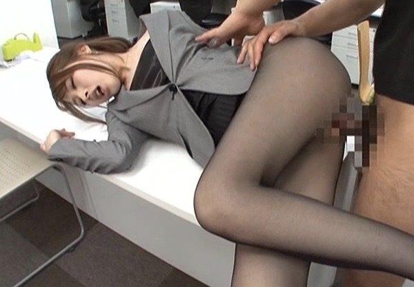 本田岬:スーツ姿のまま黒パンスト破いて無理やりねじ込み下劣な体勢でハメまくりww
