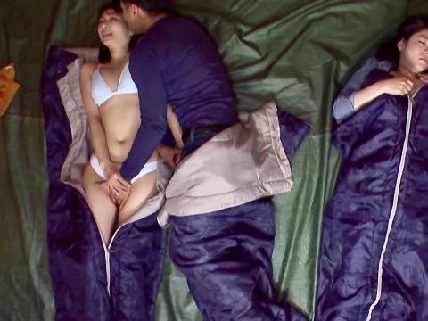 企画:キャンプ場でテントの中で若い男に喜んで寝取られたおばさんww