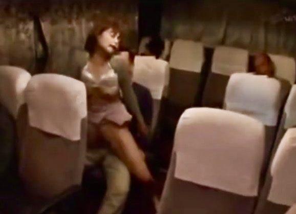 企画:夜行バスの中で騎乗位ファック!!膣奥までグリグリ刺激される感覚にイキまくる女を車内NTR姦ww