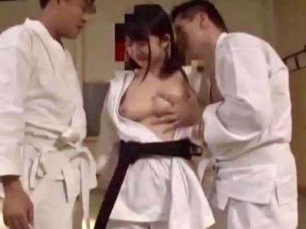 美少女:空手黒帯ロリ美少女が白帯男のチンポに完敗!!