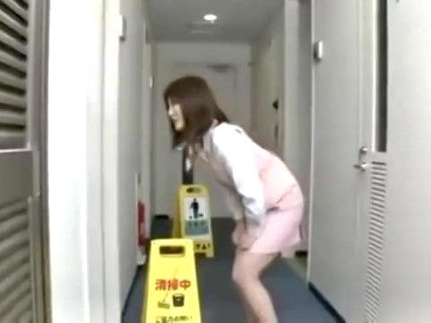 企画:尿意に襲われてトイレに駆け込もうとするが清掃中!!利尿剤入りの飲み物を飲まされたOLは我慢の限界!!