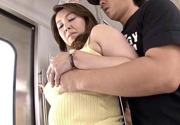 熟女痴漢:「痴漢のの淫らな手で体中を汚される妄想にとりつかれ…下着をつけずにまたあの電車に乗ろうとしていました…」