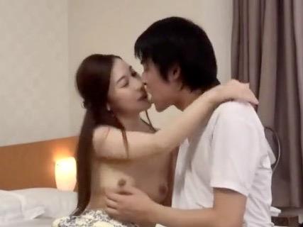 人妻NTR:「おばさんとじゃイヤ??」恋人のいない若い男子大学生をキスで堕として背徳不倫SEX!!