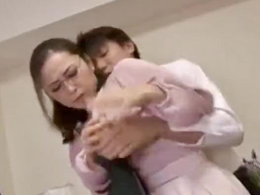 国生亜弥:「いい子だから…もう…やめてちょうだい…」息子は揉んで揉んで揉みまくる!ご近所様には絶対にバレたくない息子との情交ww