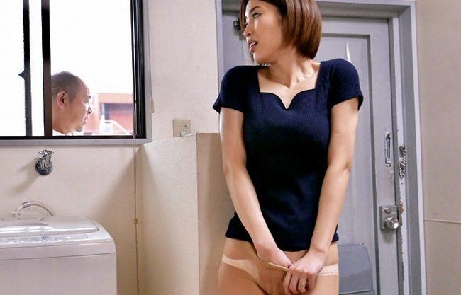 君島みお:汗だくになるほどの激しい不倫!!隣人にオナニー姿を目撃された人妻の浮気寝取られファックw