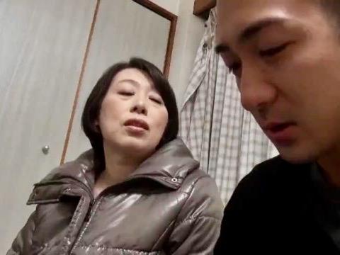 熟女NTR:「ママに甘えていいからね…」稼ぎの少ないダメ息子の肉棒を慰める母親寝取り姦ww