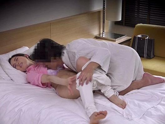 人妻:「お礼に俺がマッサージしてあげますよ」巨乳の人妻マンコがアンマにやって来て寝取られ姦w