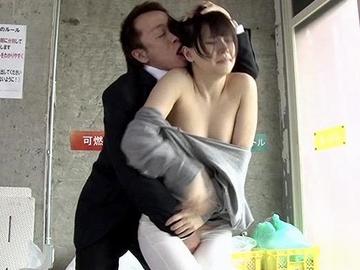 企画:「奥さん!!我慢できませんっ!!」ごみ出し姿が無防備すぎて乳首丸見え!会社行かずに人妻マンコで一発イク!!