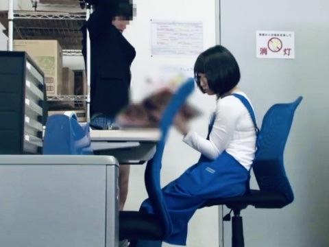 企画:「こういうの見て何するの?」男子学生が万引きしたエロ本を手に責め立てる!!超ドSに豹変する眼鏡美人コンビニ店員が勃起チンポを弄ぶw