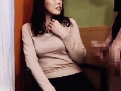 人妻:「立派なオチンチン❤️」ご無沙汰な熟女はついついチンポに夢中ww過剰なサービスまでしてしまう!