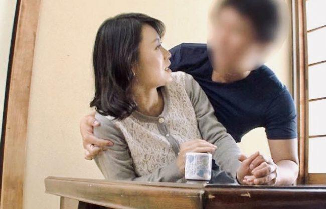 星野友里江:「おばさんのスケべな喘ぎ声聞かせてよ!」息子の友人に寝取られるアラフィフ母親ww若く逞しいチンポに熟女ママ撃沈ww
