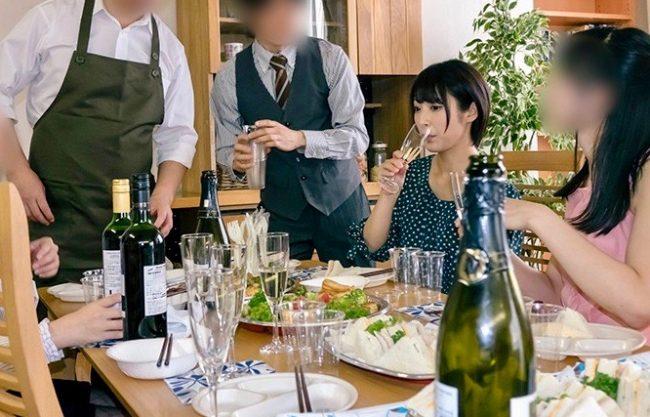 人妻NTR:人妻の勤めるケータリング会社の「新メニュー試食会」で同僚たちに試食されちゃった若妻寝取りww