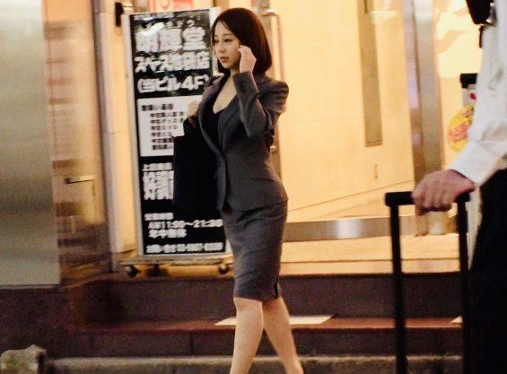 素人ナンパ:「やだぁ…」体が小さいからオマンコも小さくてきっつきつ!!スーツが良く似合うスレンダー美人をナンパ姦w