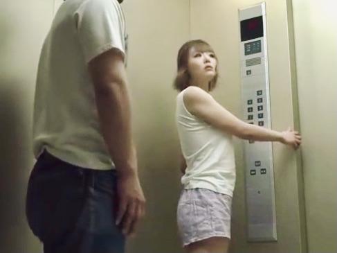 レイプ:汗ばんだ服が乳首を際立たせる状況にチンポは大暴走!油断した部屋着ノーブラでエレベーターに乗った巨乳お姉さんw