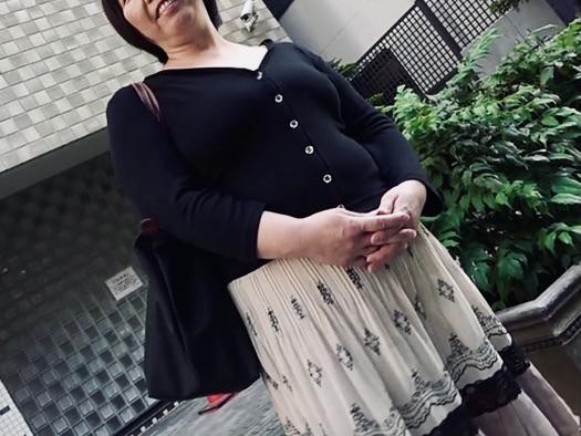 人妻NTR:服のうえからでもわかる豊満ボディ!!歓喜の表情を浮かべる55歳のメス豚がイキまくるww